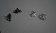 orecchini in alluminio con gancio in argento incisi e tagliati a mano